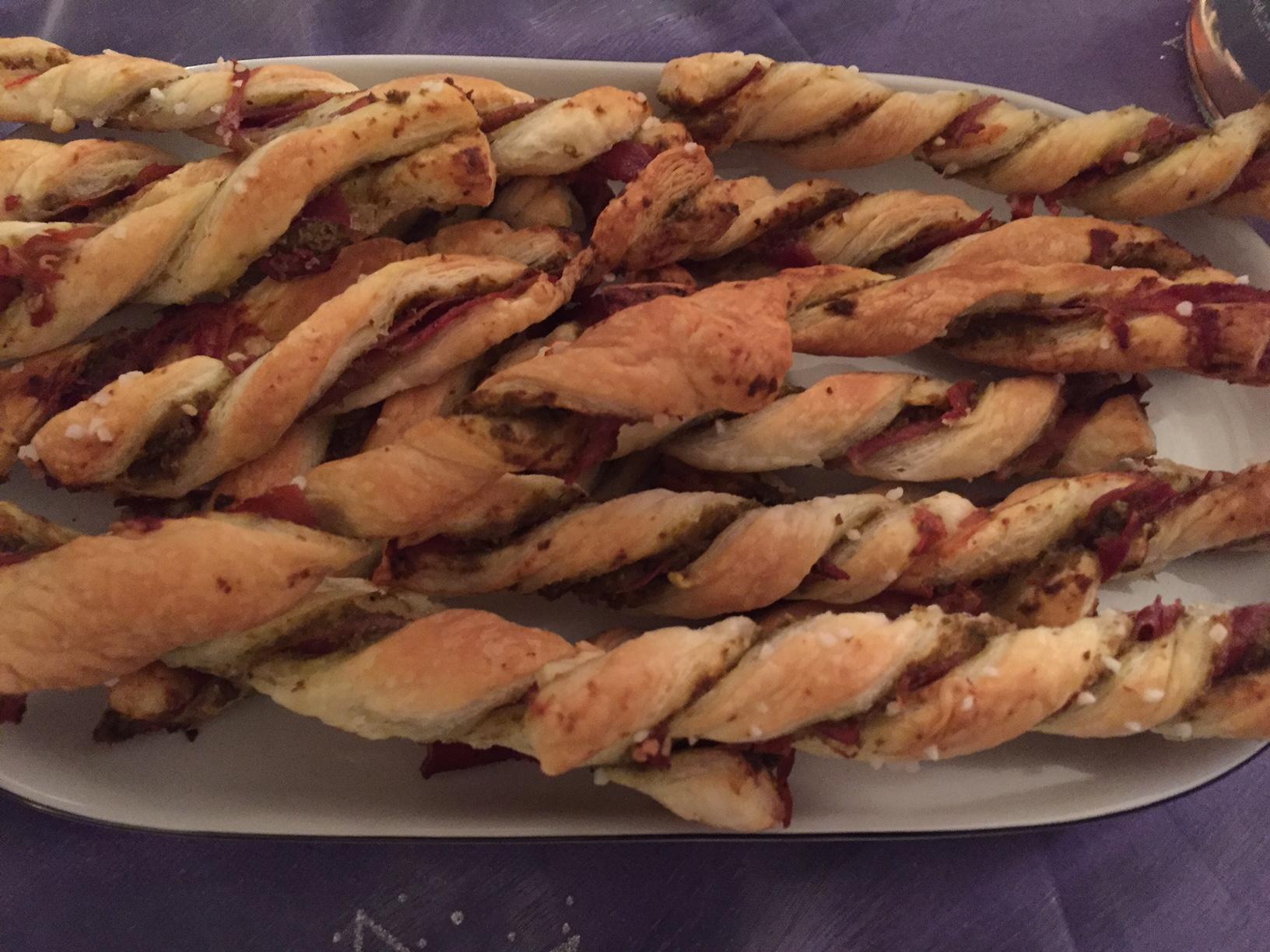 Sprøde butterdejsstænger til tapas og ostebordet
