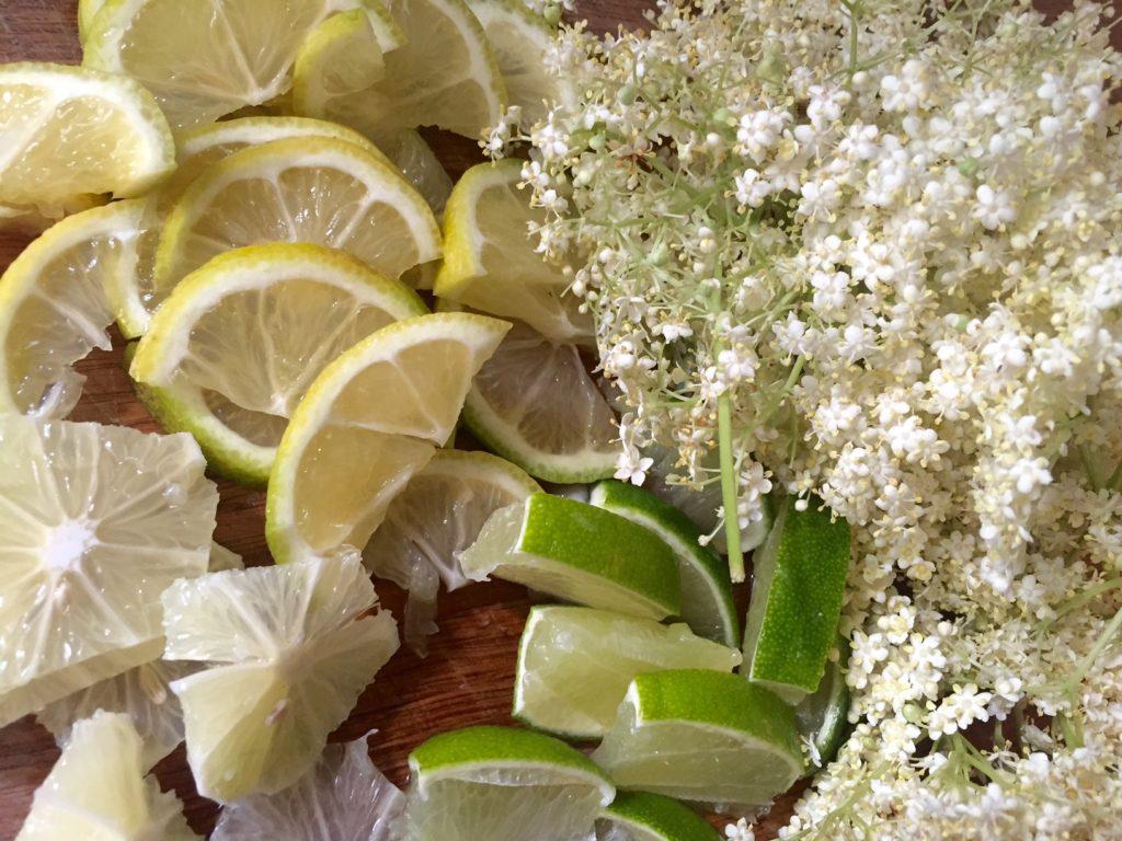 Frisk og lækker sommerdrink med hyldeblomstsaft