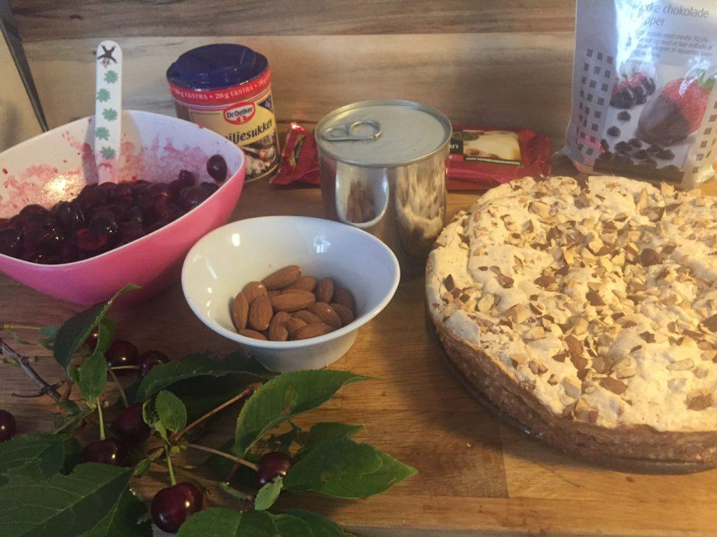 Hjemmelavet islagkage med kirsebær og saltkaramel