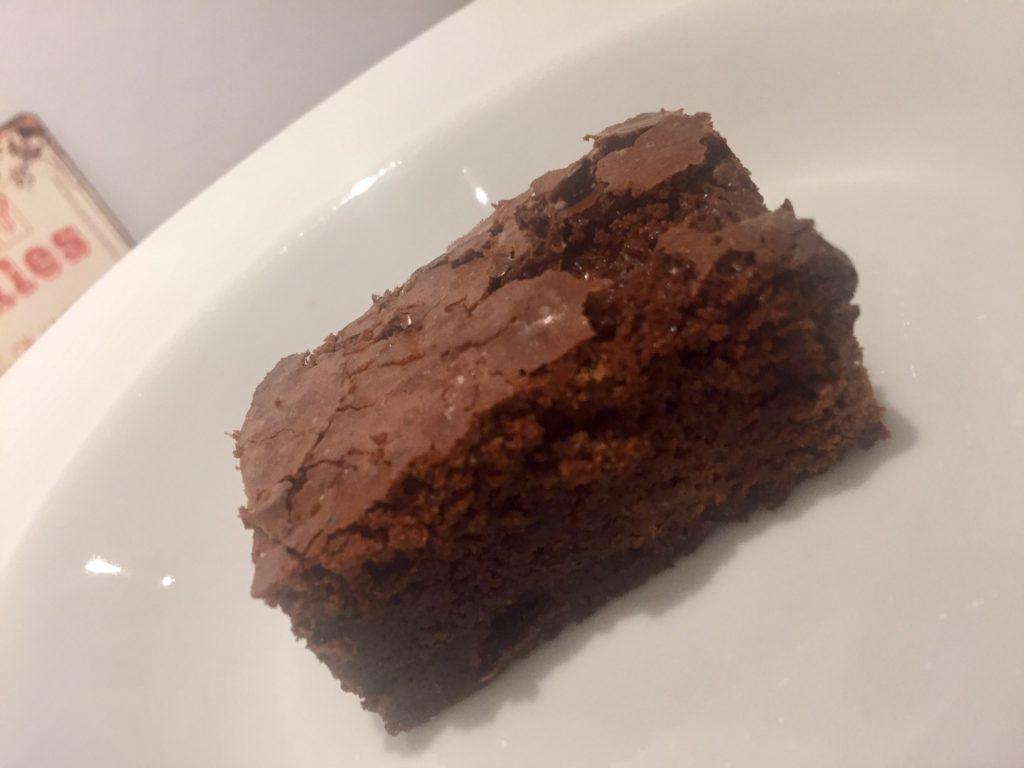 Chokoladebrownie toppet med karmelcreme og saltristede mandler