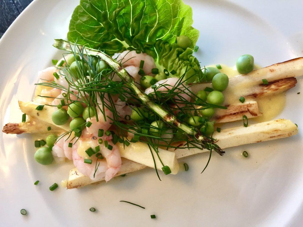 Hvide asparges med grønlandske rejer og hollansaisesauce