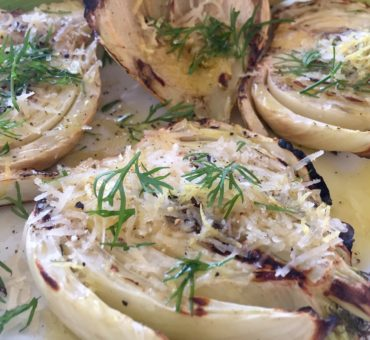 Grillet fennikel med parmesan, citronskal og dild
