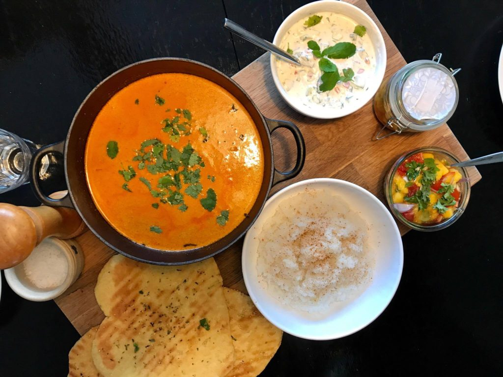 Indisk comfort food - chicken tikka masala med hjemmelavede naanbrød