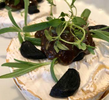 Bagt camembert med rosmarin og friske figner